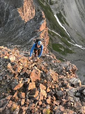 Peter in den ersten Sonnenstrahlen kurz unter dem Gipfel des Chlyne Loner (Bild: Rolf).