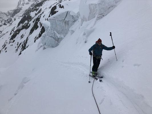 2. Tag: Aufstieg Richtung Nassi Strahlegg, anfangs noch bei etwas garstigem Wetter.