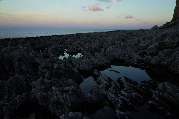 Pittoreske Felsstrukturen an der Westküste von Scogliera di Salinella.