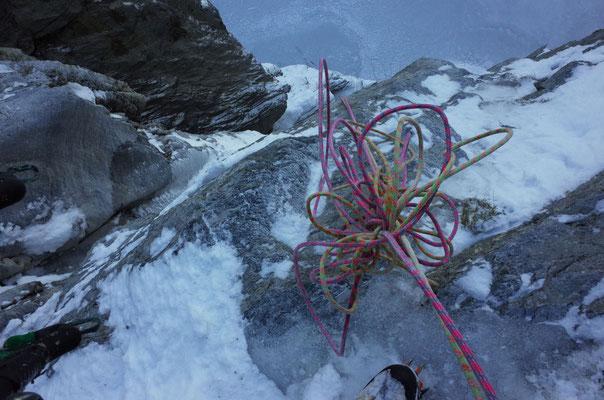 """Steifgefrorene """"Superdry""""-Halbseile. Links das Ausstiegs-Couloir, welches wenig Eis hatte und daher nicht einfach zu klettern war."""