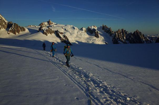 Tag 3, schöne Morgenstimmung. Rechts die Aiguilles du Chamonix