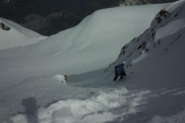 Einfahrt vom Gipfel auf den Hochfirn, weit unten das Lauterbrunnental.