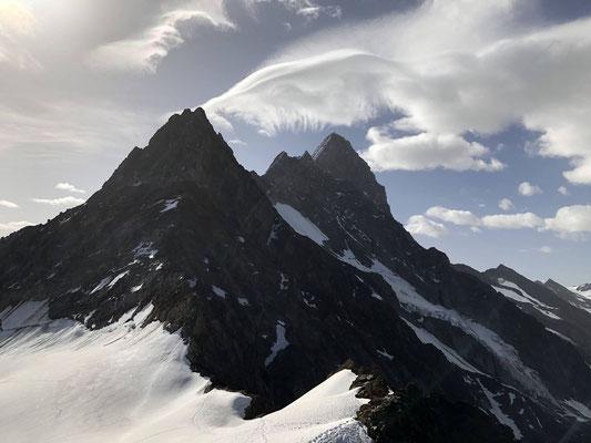 Wolkenstimmung mit Klein Schreckhorn (l) und Schreckhorn von der Gwächtä aus gesehen. Die Route vom Vortag folgt ungefähr der Horizontlinie.