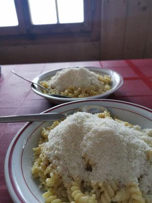 Selberkochen im gut eingerichteten Winterraum. Bildlich festgehalten: Das korrekte Teigwaren-zu-Käse Verhältnis.