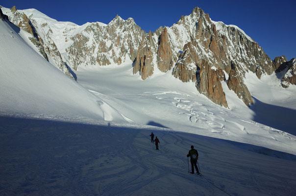 Auf dem Weg zurück zur Torinohütte, rechts der Bildmitte der markante Grand Capucin. Links daneben das Tourenziel des nächsten Tages, der Trident