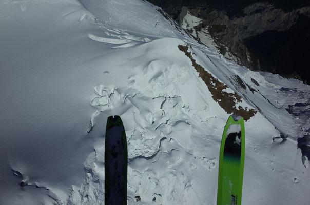 Die Guggiroute-Abfahrtslinie im Bereich Klein Silberhorn ist augenfällig: Diagonal zur linken Skispitze entlang des Felsens.