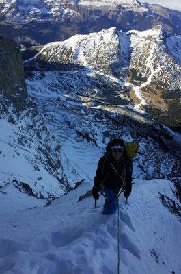 Todesbiwak. im Hintergrund die prekäre Schneesituation des Skigebiets Lauberhorn.
