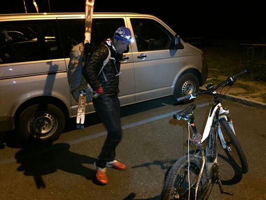 Abfahrt bei der Staumauer des Lac des Places de Moulin um 2:00h. Rolf als Zugpferd mit dem e-Bike