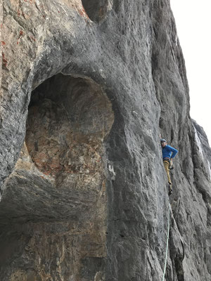 5.7.: Peter klettert neben den Naselöchern. (Foto: Rolf Zurbrügg)
