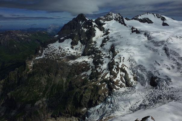 Wetterhörner, unten links die Glecksteinhütte, unten rechts das Beesibärgli und der Untere Grindelwaldgletscher.