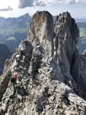 Niklausspitze, dahinter der Froschkopf. Der Fels ist oft brüchig und es steckt nur wenig brauchbares Material - Abenteuer pur..