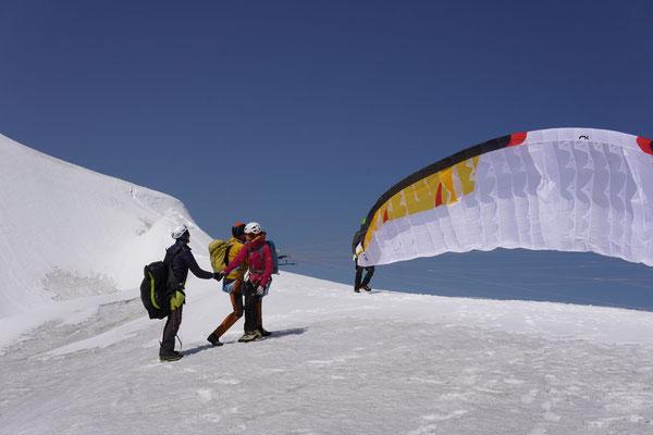 Auf dem Sattel zwischen Gipfel und Vorgipfel, Peter zieht den Biplace auf. Foto: Nicola.
