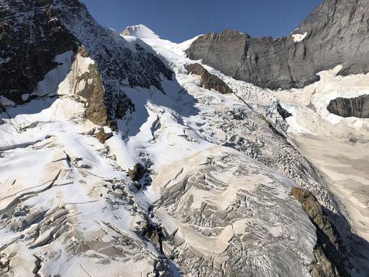 Blick zurück zum Startplatz in der Bildmitte oben, zwischen dem Mönch und den Felsen rechts am Horizont.