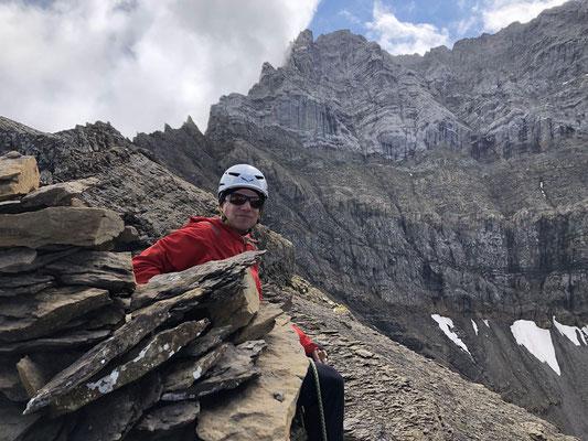 Kurze Gipfelrast auf dem Nünihorn, der Weiterweg auf den Hindere Loner führt in der Bildmitte links von der kompakten Platte auf den markanten Turm und weiter über den Grat.