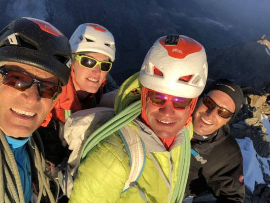 Gipfel-Selfie: Peter, Lucien, Roger und Torsten (v.l.n.r.). Alle Vier hatten ihren Schirm auf dem Gaagg deponiert und flogen nach der Tour von dort zurück nach Grindelwald.