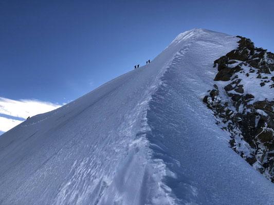 Kurz unter dem Gipfel Auf dem Normalweg war viel Betrieb.