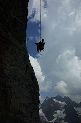Beim Abseilen im steilen, oberen Teil muss man darauf achten, unterwegs die richtigen Bohrhaken zu clippen.