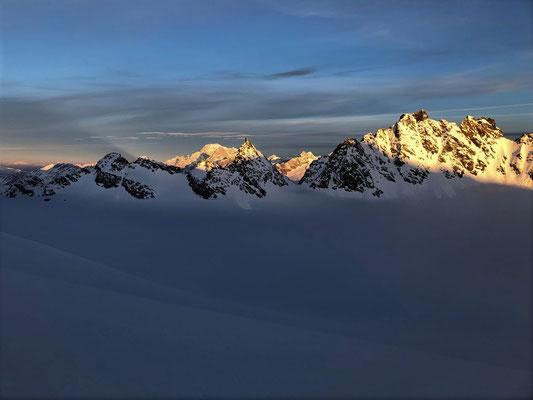 24.05.19: Die westlichen Berge im Morgenlicht - links der Bildmitte Grandes Jorasses vor dem Mont Blanc.
