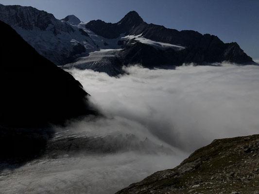 Mystische Nebelstimmung beim Hüttenzustieg.