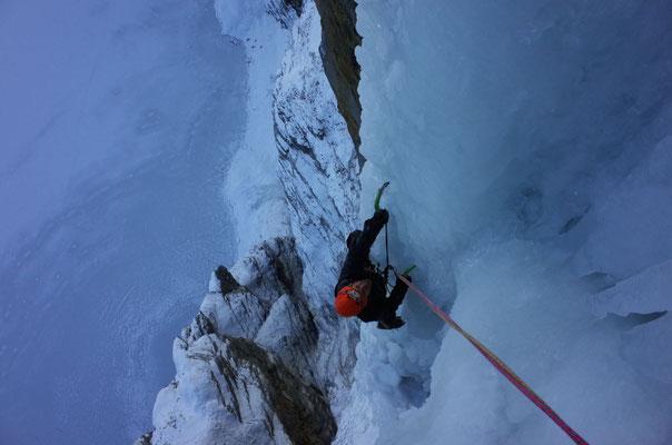 Perfekte Kletterei an griffigem, strukturiertem Eis.
