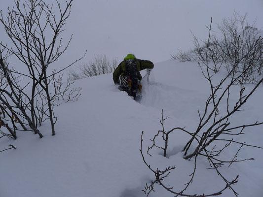 Hüfttiefer Schnee nach dem Ausstieg.