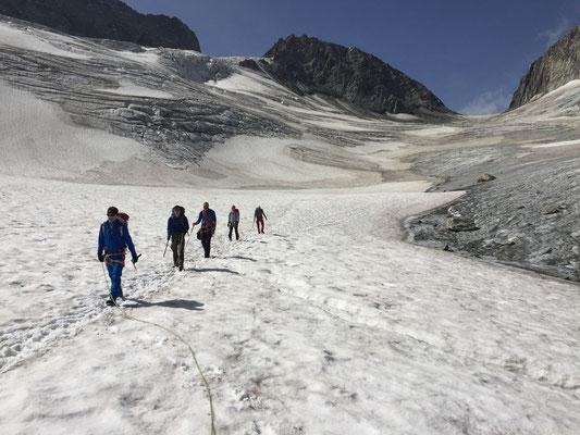 Auf dem langen Abstieg vom Oberaarjoch.