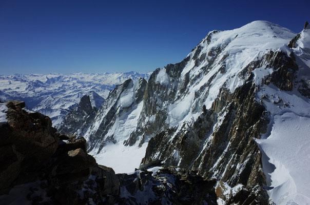 Gipfelaussicht auf den Peuterey-Grat und Mont Blanc.