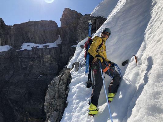 Im Gipfelschneefeld, man sieht schon das Gipfelkreuz. (Foto: Manoach)