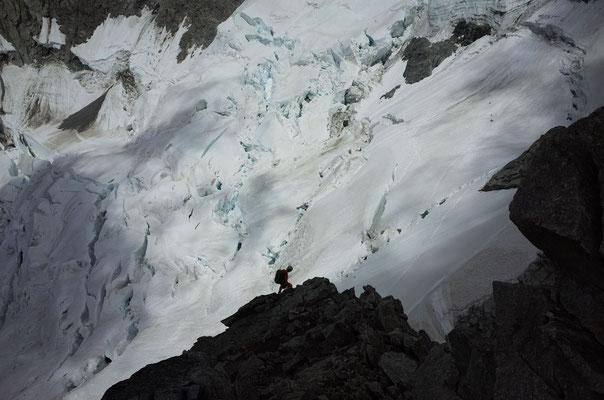 Kleiner Alpinist vor grossem Gletscher