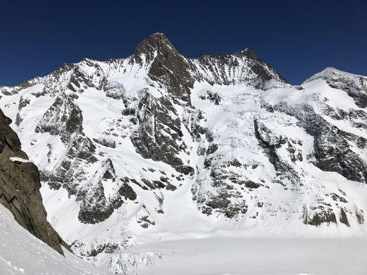 Schreck- und Lauteraarhorn, die Schreckhornhütte sieht man links oberhalb der kleinen Moräne.