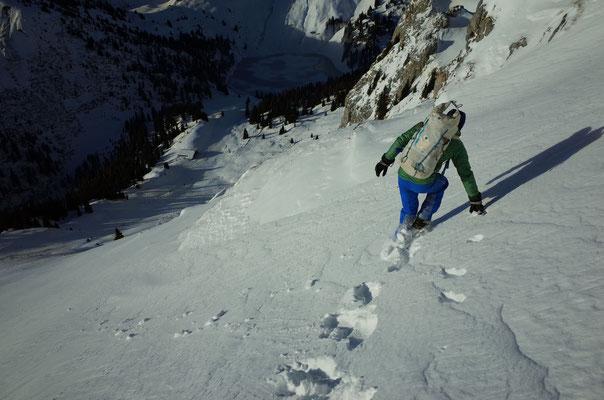 Zustieg von der Bergstation - vor dem Wechsel in die Schattseite noch kurz die Sonne geniessen.