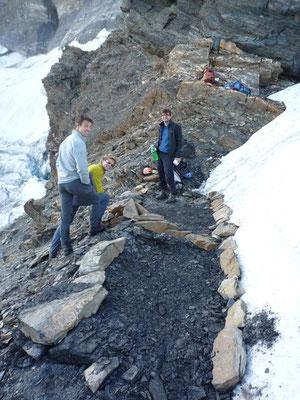 Integral-Begehung, Biwakplatz unter der Wand am Gletscherrand