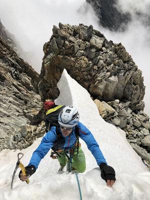 Ausstieg auf den Hauptgrat knapp unterhalb des Gipfels.