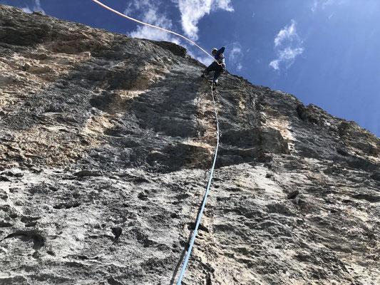 Gutmütige, steile Kletterei in der dritten Länge.
