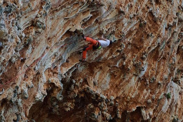 Typische Kletterei: Steil und athletisch mit verschwenderisch vielen Griffen in allen Variationen.