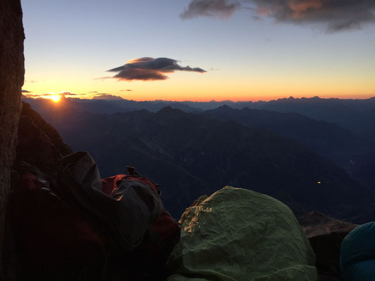 Die ersten Sonnenstrahlen erreichen den windgeschützten Biwakplatz knapp unterhalb des Gipfels.
