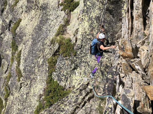 Die Kletterroute Tälligrat besteht aus 22 Seillängen. Diese sind oft kurz und man kann einiges zusammenhängen.