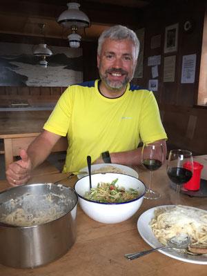 Salat mit Speck und Tomaten, Carbonara. Mit etwas Eigeninitiative isst man auch in der unbewarteten Lohnerhütte gut.