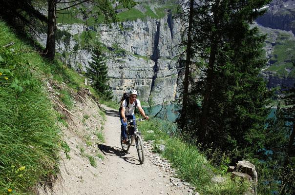 Bequemer Abstieg, im Hintergrund die Route (rechts vom Graben)