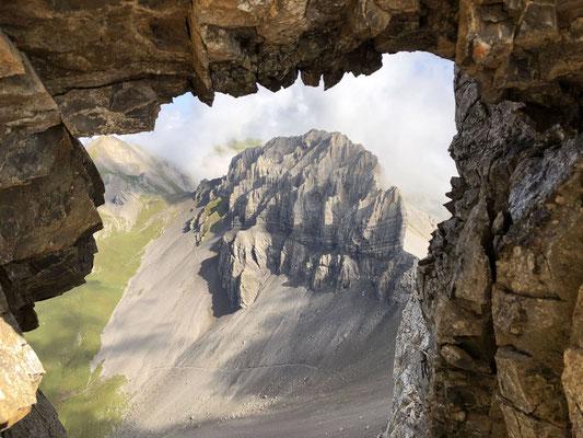Vergängliche Schönheit: Blick durch ein Felsenfenster zurück zum Chlyne Loner.