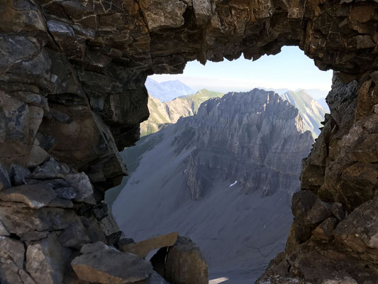 Chlyne Loner durch ein Loch im Grat (Bild: Rolf).