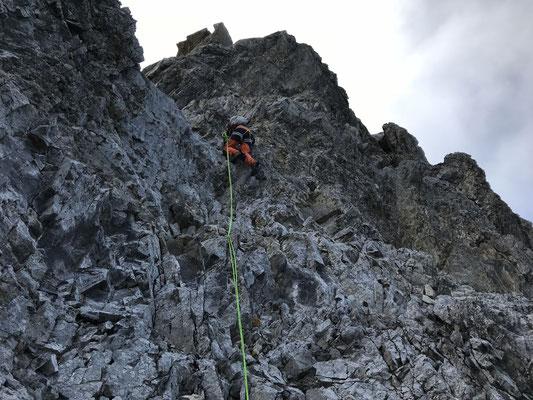 Vorsichtiges Klettern in brüchigem Fels