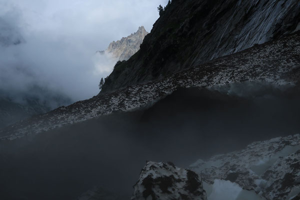 Mystische Stimmung auf dem Hüttenzustieg. (Foto: B. Senn)