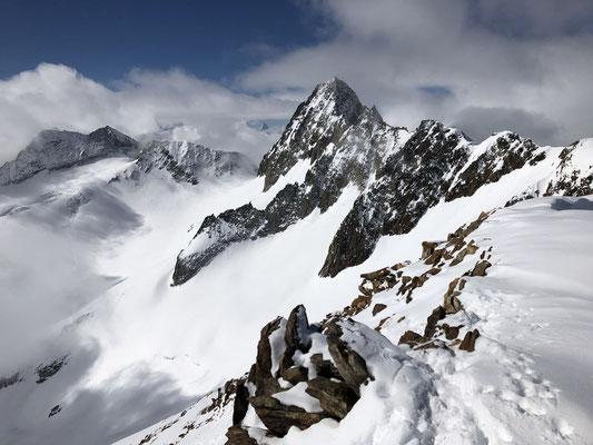 Oberaarhorn vom Scheuzerhorn aus. Die Oberaarjochhütte wird neu von Giano geführt - hervorragend.