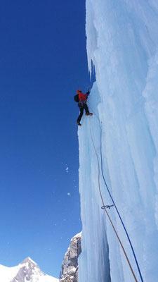 Prächtige Eiskletterei in der letzten Länge  (Rekotour 12.3, Foto Ron Koller)