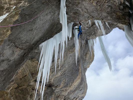 Peter am Ende der dünnen Zapfenlinie, endlich in solidem Eis. (Foto: Simon)