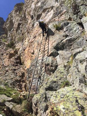 Klettersteigmässiger Bergweg beim Zu-, respektive Abstieg.