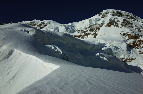 Eindrücklicher Serac ob dem Triftjiplateau, wir sind vom rechten Ende des Bergschrunds in die Schlusswand eingestiegen.