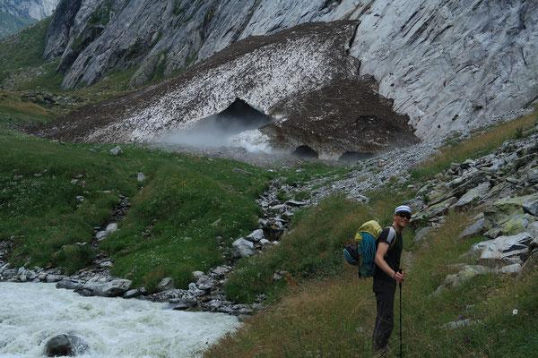 Zustieg Baltschiederklause - im Rucksack befindet sich die komplette Flug-, Hochtouren- und Kletterausrüstung. (Foto: B. Senn)