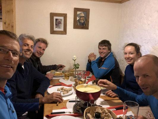 Ein Fondue vor der Tour gibt Kraft, das wusste schon der legendäre Erhard Lorethan. Kost und Logis im schönen Berghaus Lauchernalp.